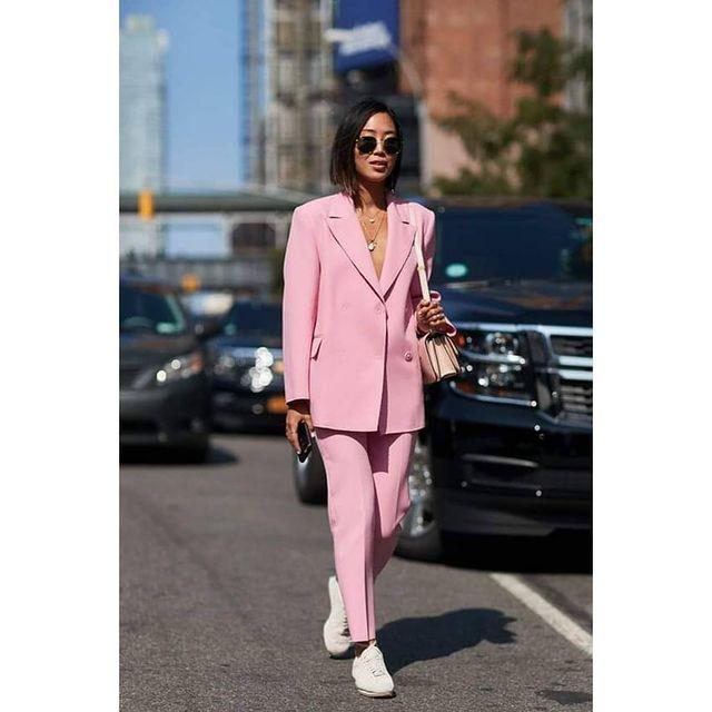 Куртка и кроссовки — элегантность плюс комфорт