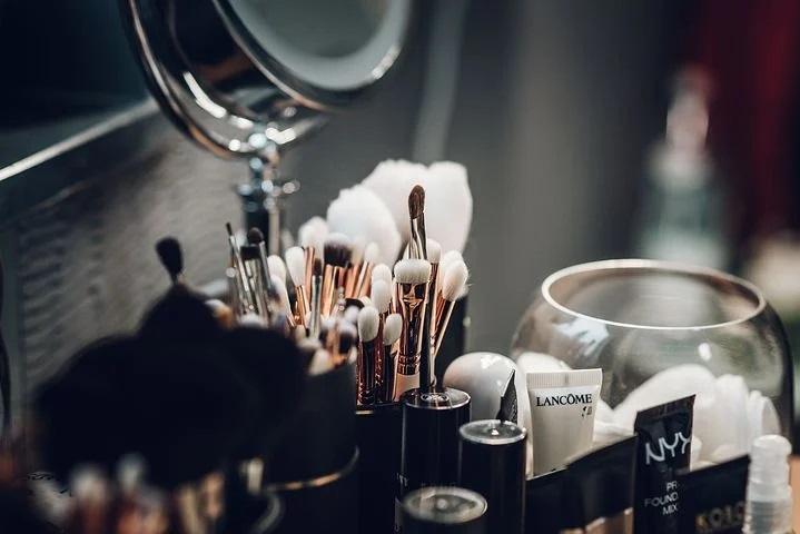 Как выглядеть моложе с помощью макияжа?